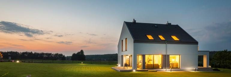 Pokud fotíte za šera budovu zvenku, rozsviťte uvnitř všechna světla Minimum makléře: 9 tipů na skvělé fotky nemovitosti pro začátečníky