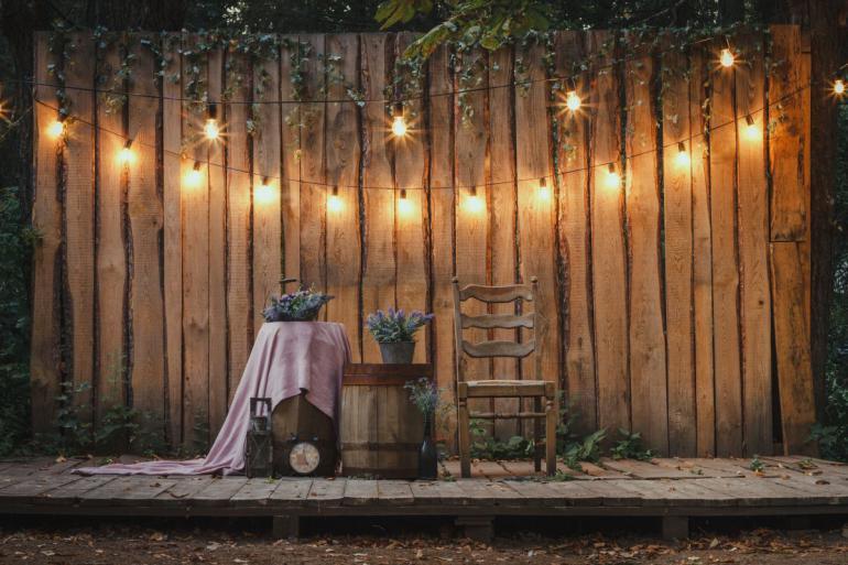 """Osvětlení a drobnosti umí probudit nutkání """"tak tuhle nemovitost chci za každou cenu!"""" Marketing pro makléře: na homestaging zahrady se zapomíná! Velká chyba!"""