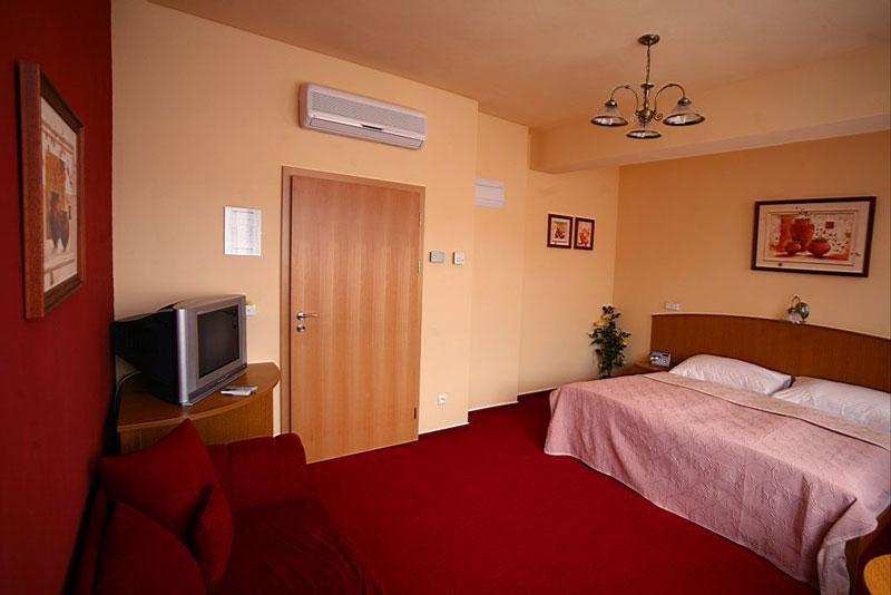 Hotel Paganini, Mělník  Hotely Penziony . Hotel Punta Imperatore. Marriott Montreal Airport Hotel. Regency On The Beach. Kuntai Novel Hotel. City Hotel. Club Hotel St.Gregory Park. Temple Ponferrada Hotel. Le Royal Meridien Abu Dhabi Hotel