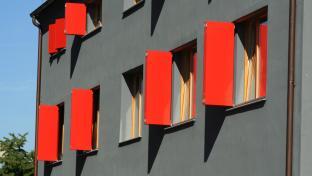 Bytový dům, detail oken.