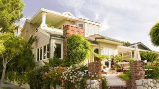 Rodinný dům s malou okrasnou zahradou.