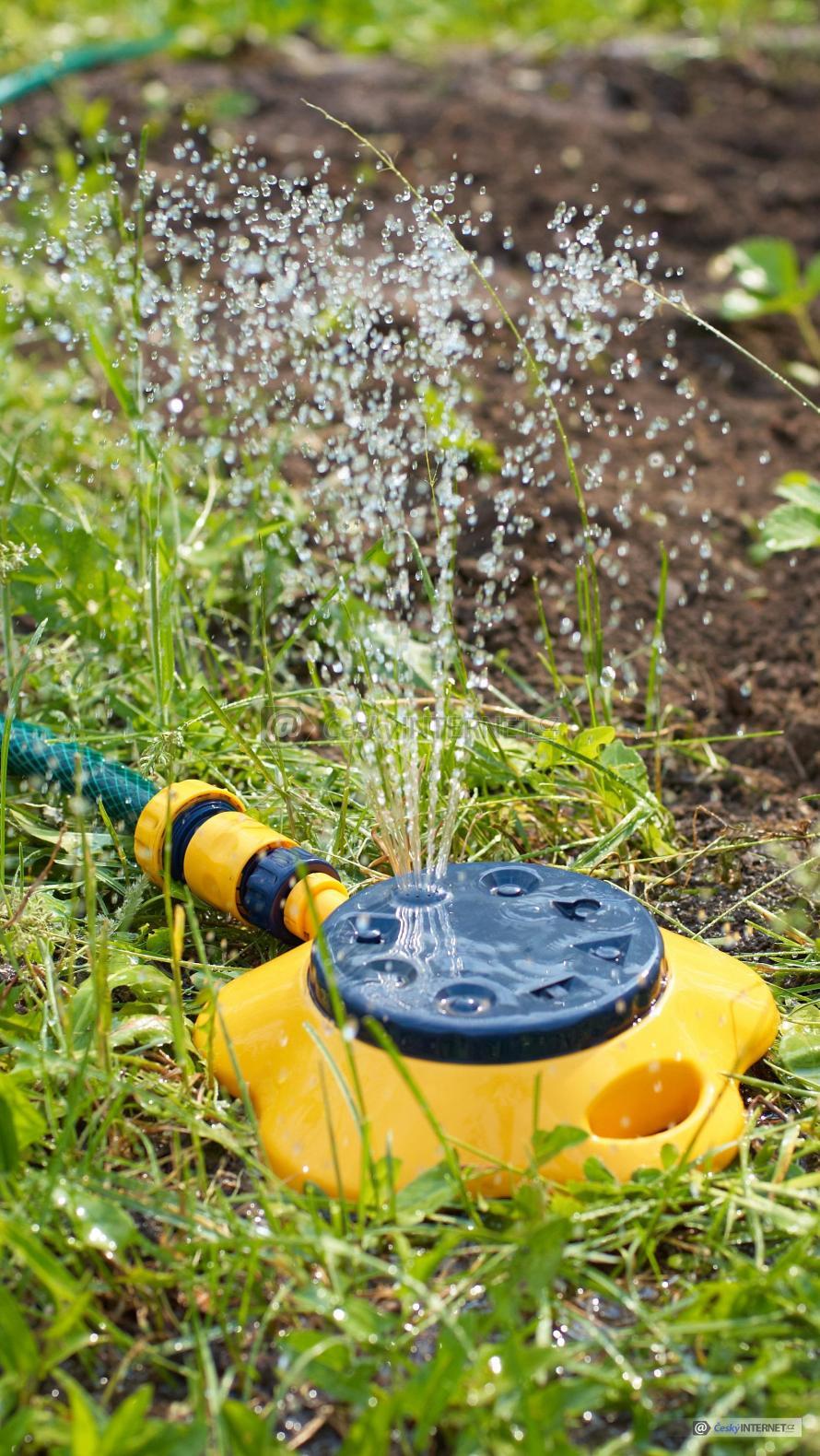 Zavlažování trávníku a zahrady zavlažovacím systémem.