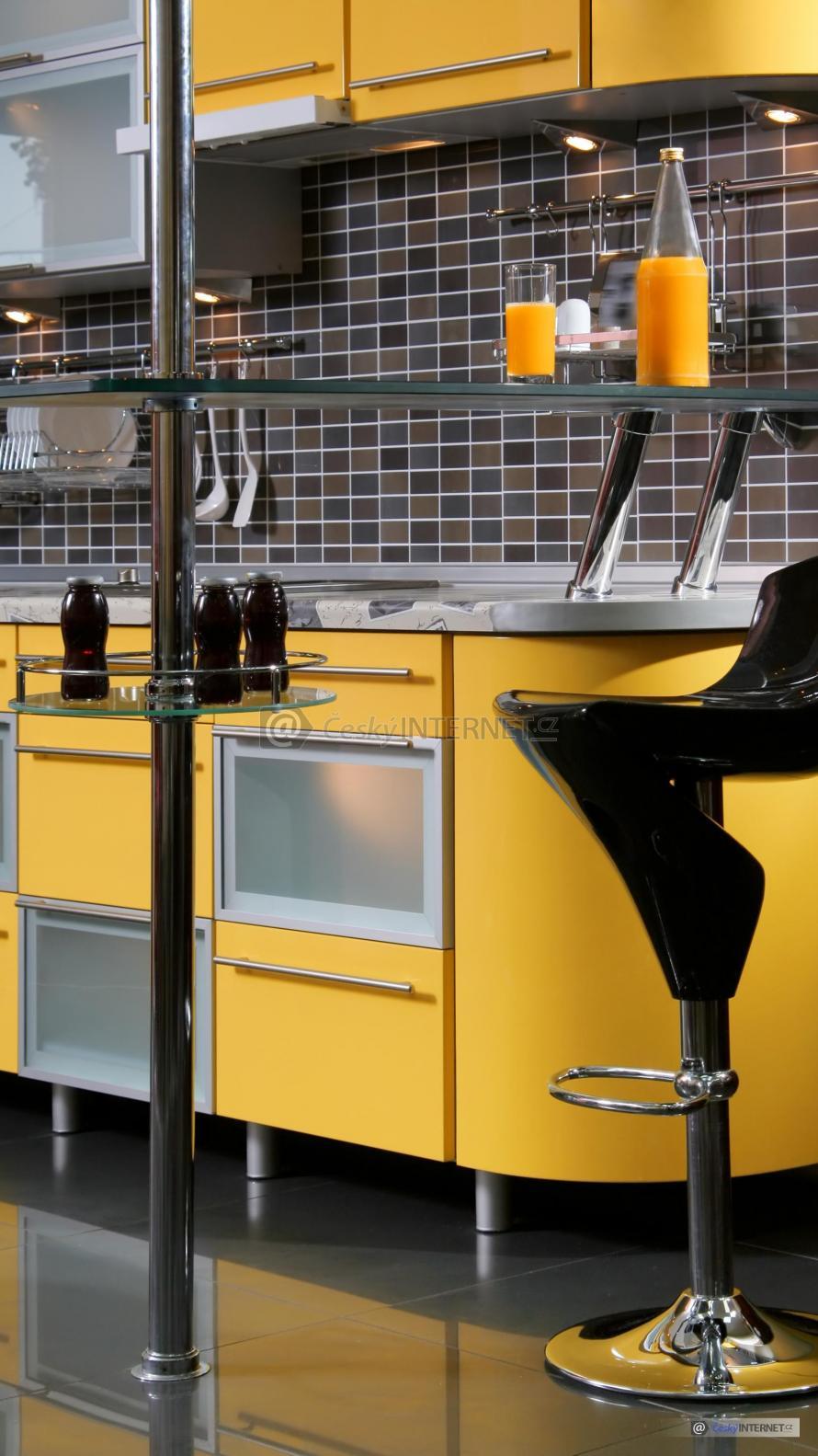 Detail baru, barové židle a kuchyňské linky v pozadí.