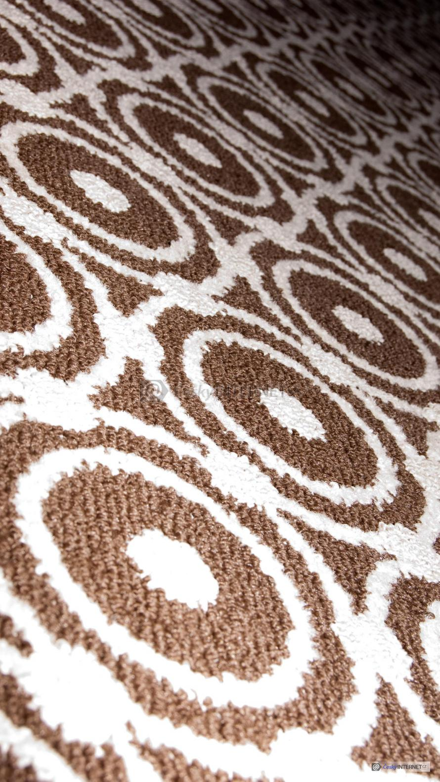 Celoplošný koberec.