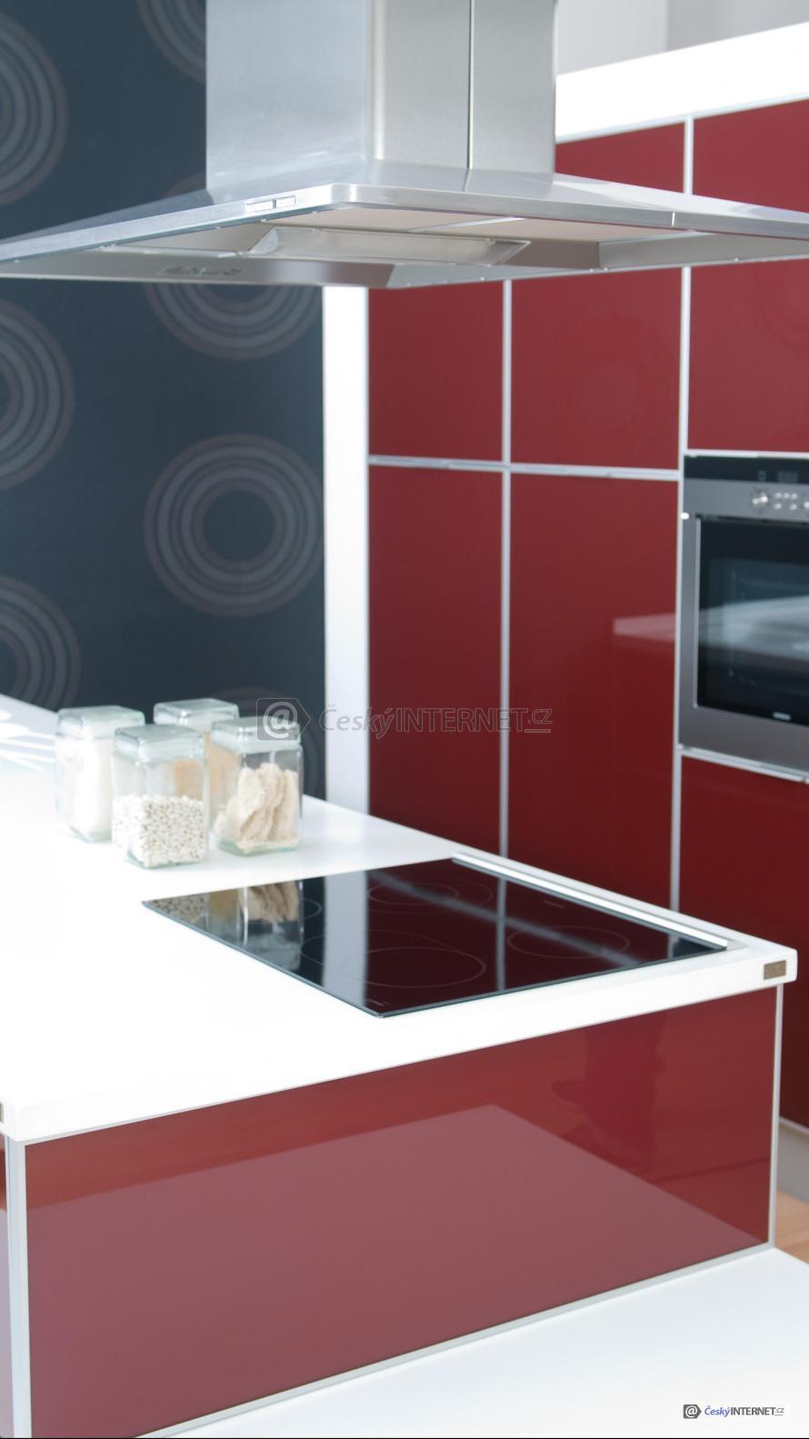 Moderní kuchyně s detailem digestoře.