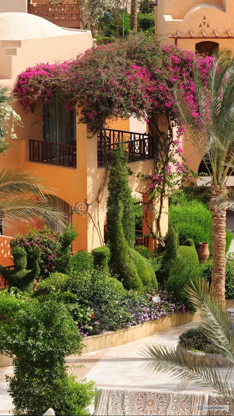 Exotický rodinný dům s okrasnou zahradou.