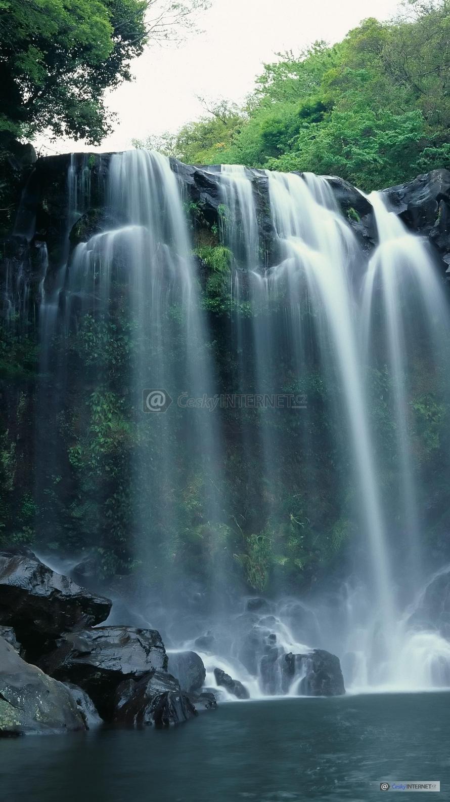 Potok s vodopády uprostřed přírody - detail.