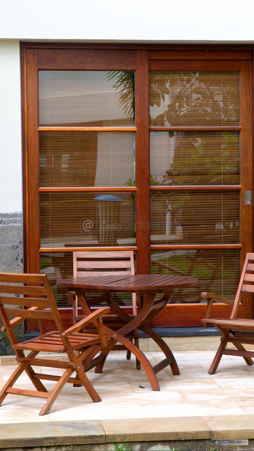 Zahradní nábytek na terase.