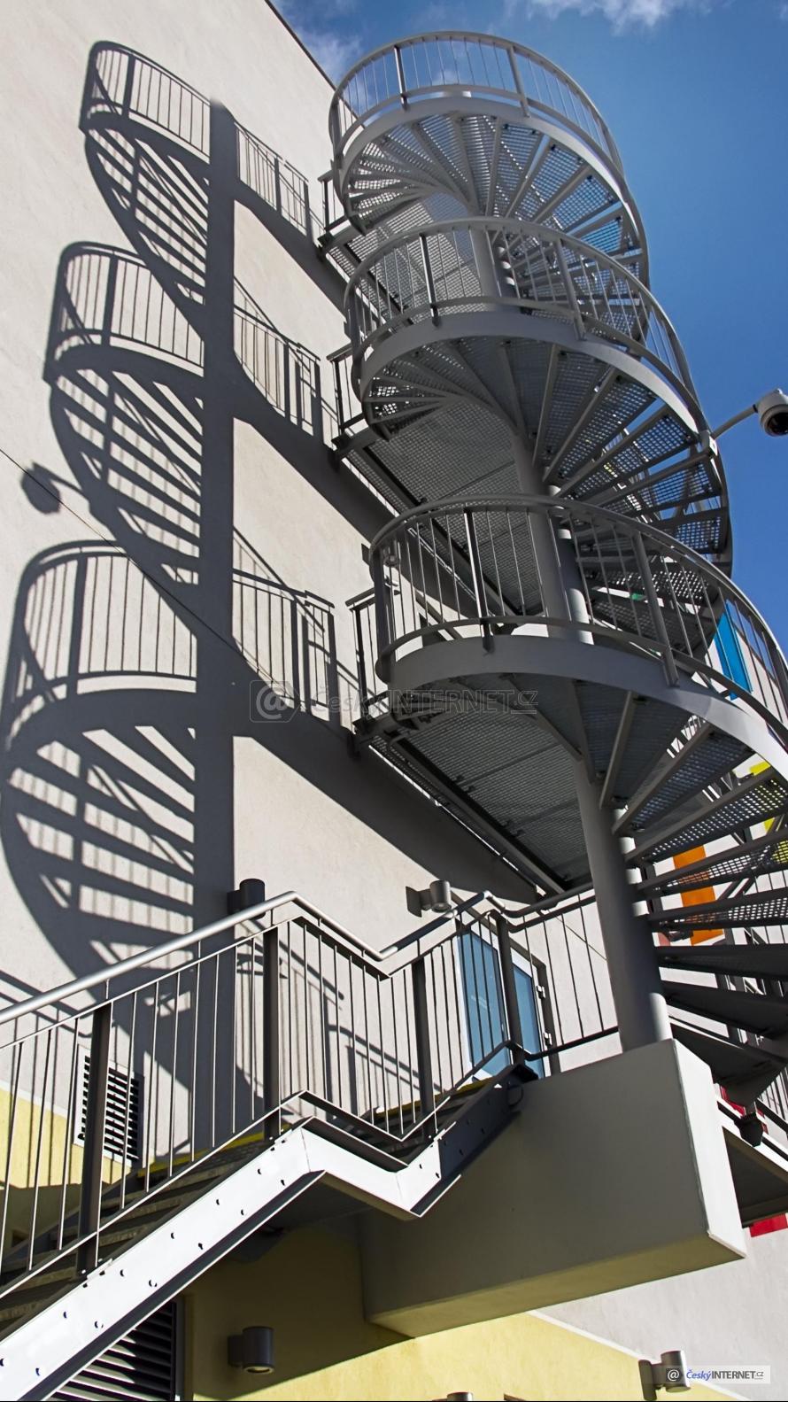 Moderní venkovní schodiště.