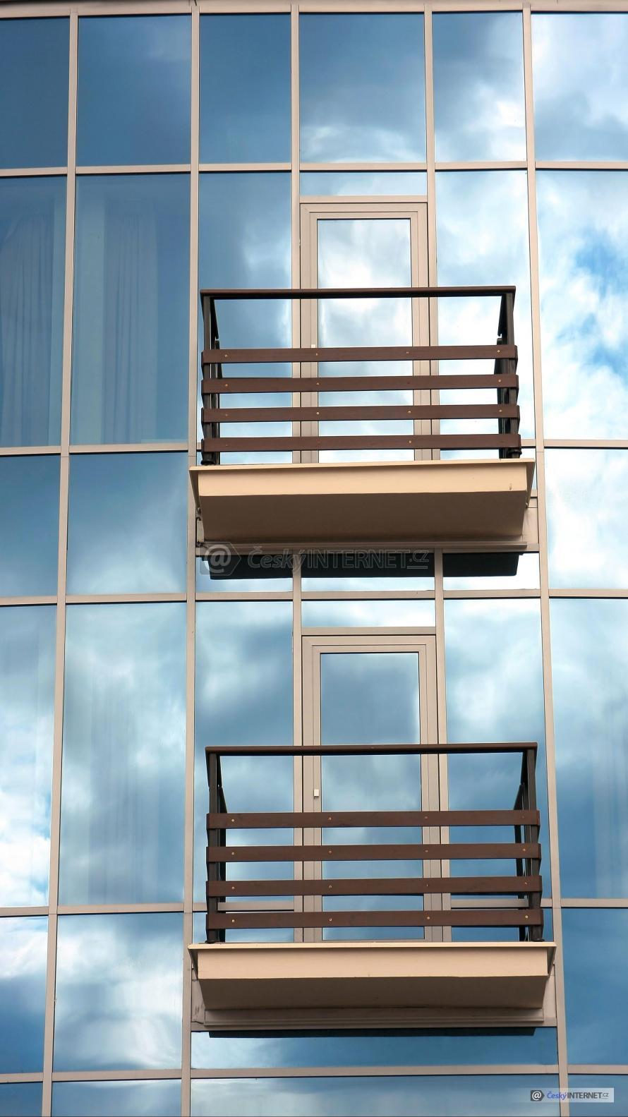 Moderní architektura, prosklené stěny a balkóny.