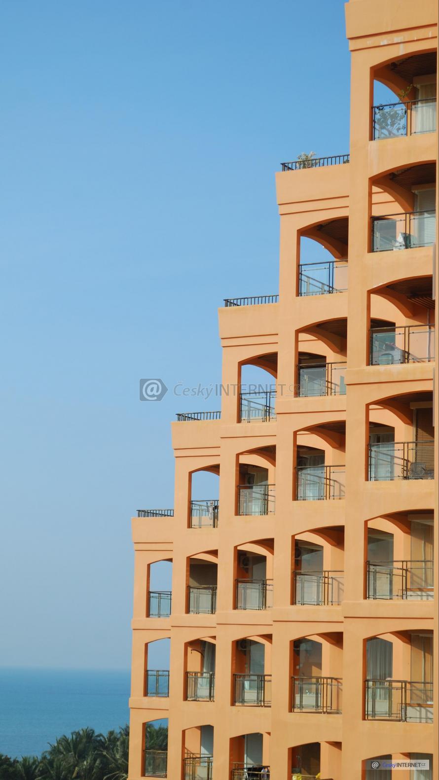 Moderní architektura, bytový dům, lodžie.