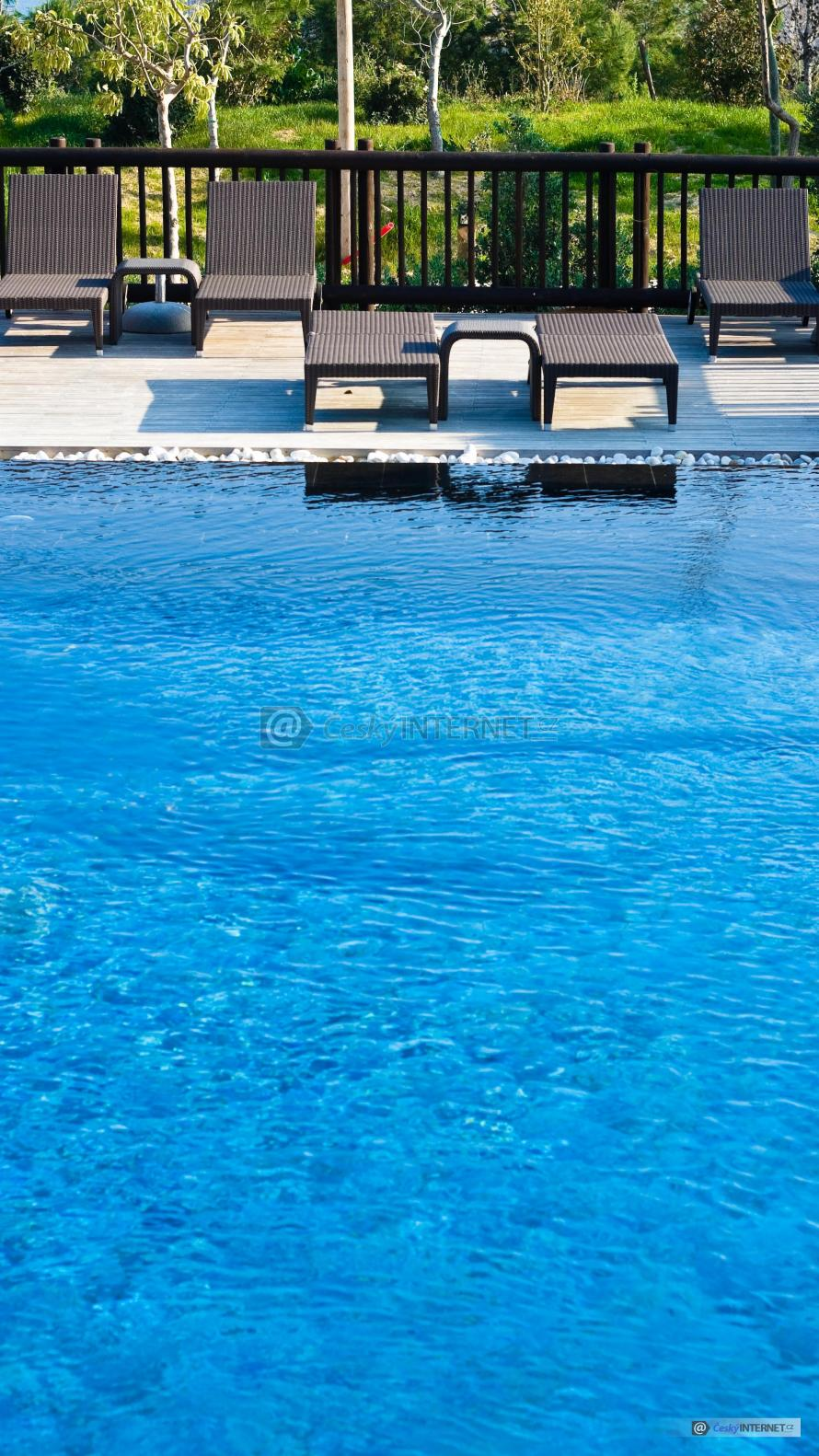 Lehátka na terase u bazénu.