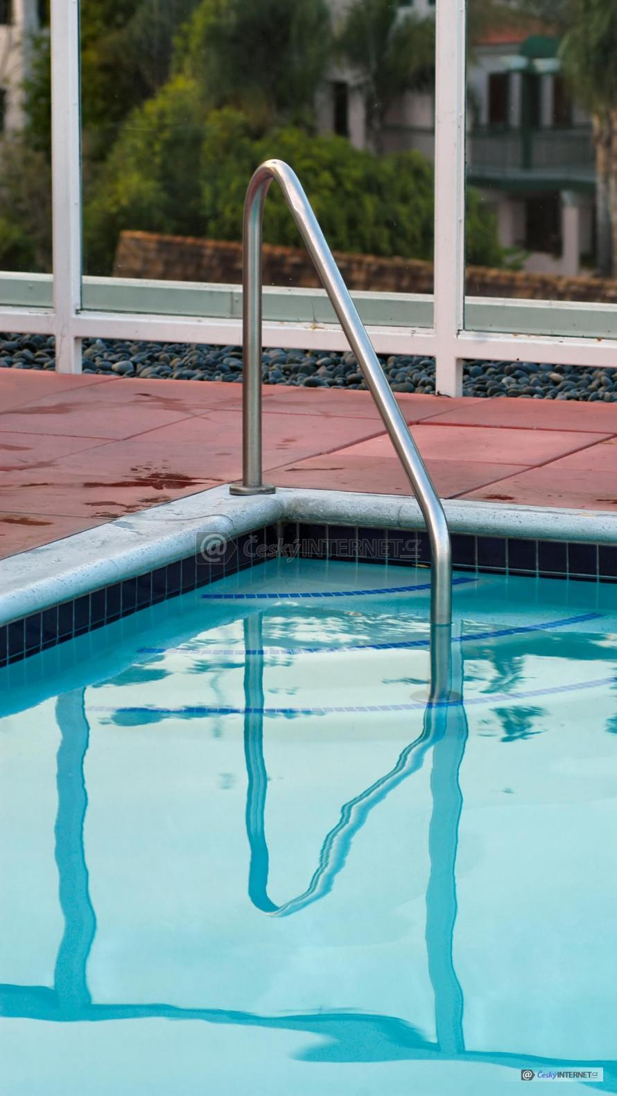 Detail nerezového zábradlí pro vstup do bazénu.