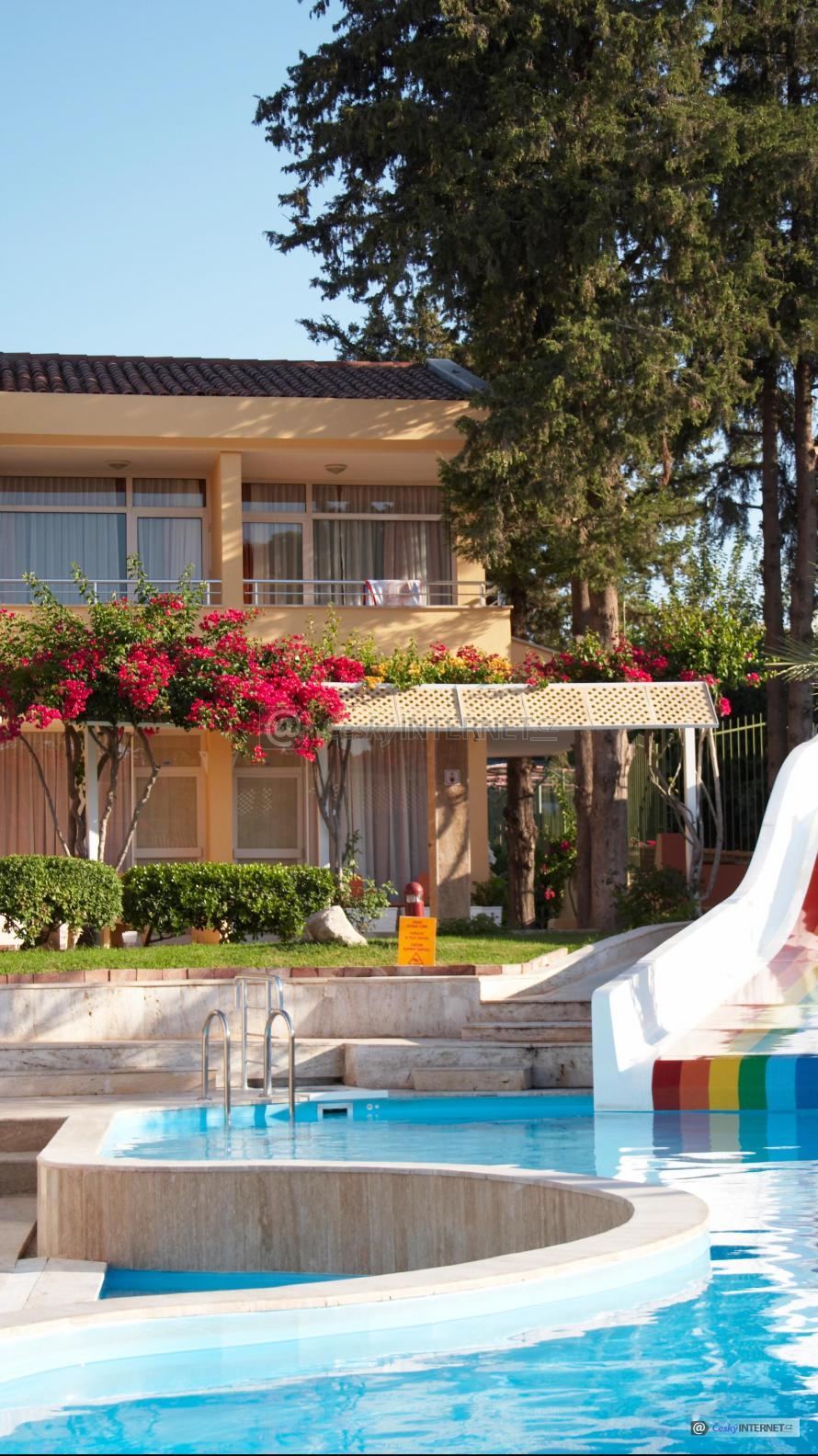 Bazén se skluzavkou na zahradě domu.