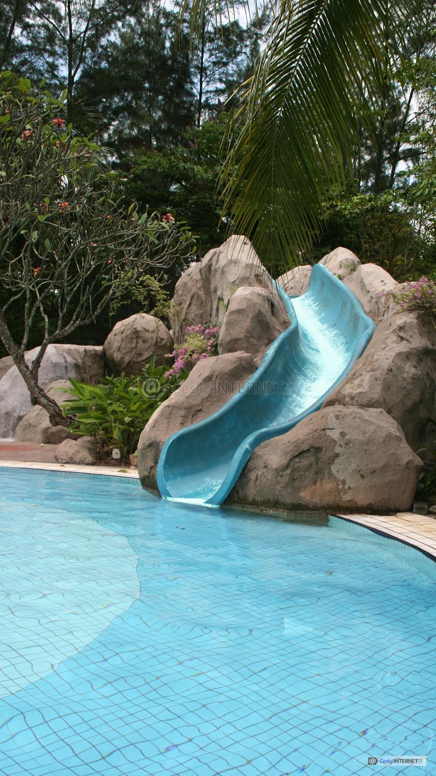 Skluzavka do bazénu v exotické zahradě.