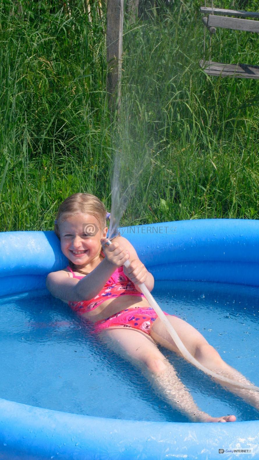 Holčička v nafukovacím bazénku.