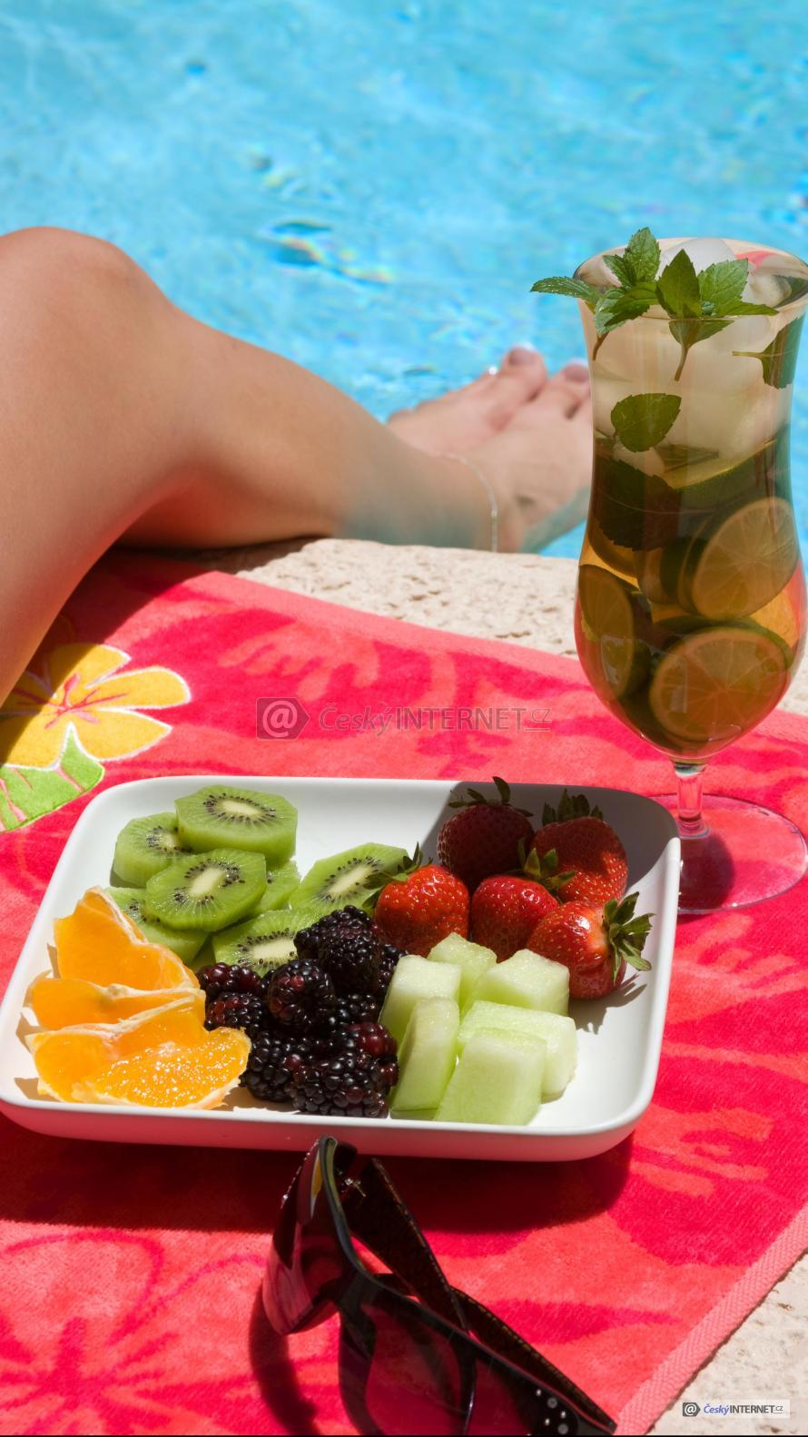 Relaxace u bazénu s občerstvením.