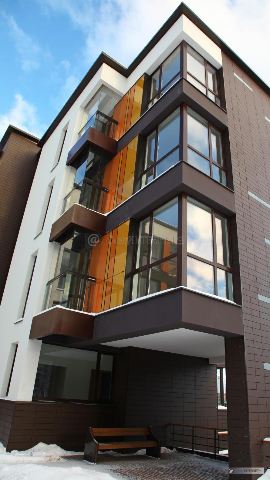 Moderní bytový dům, zima.