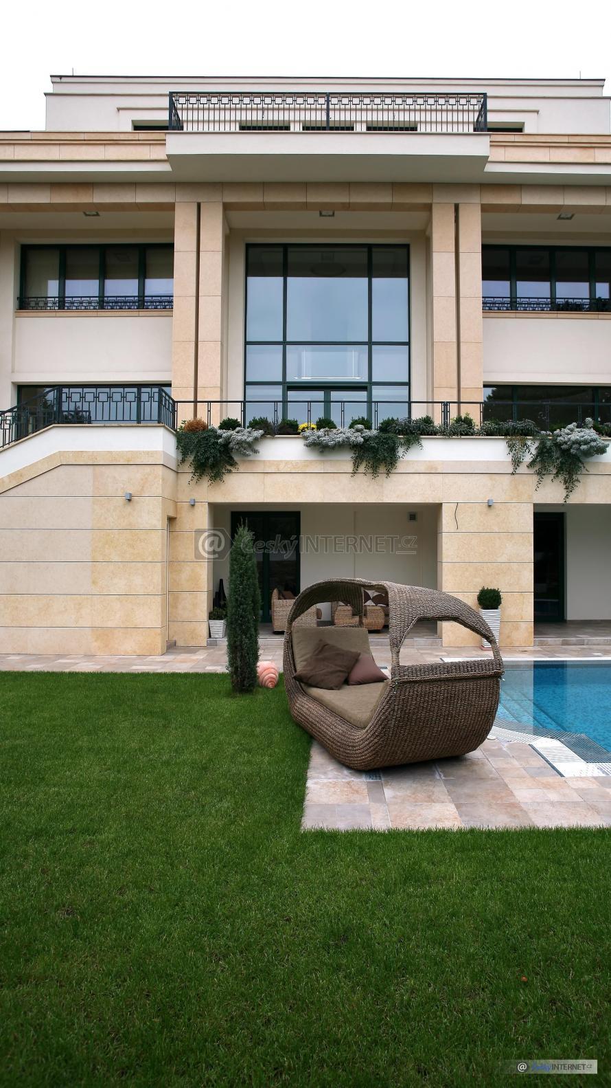 Moderní architektura, vila s bazénem.
