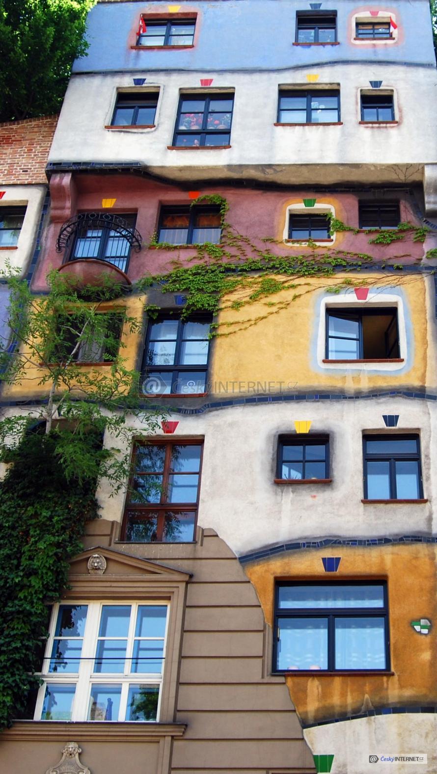 Bytový dům s okrasnou fasádou.