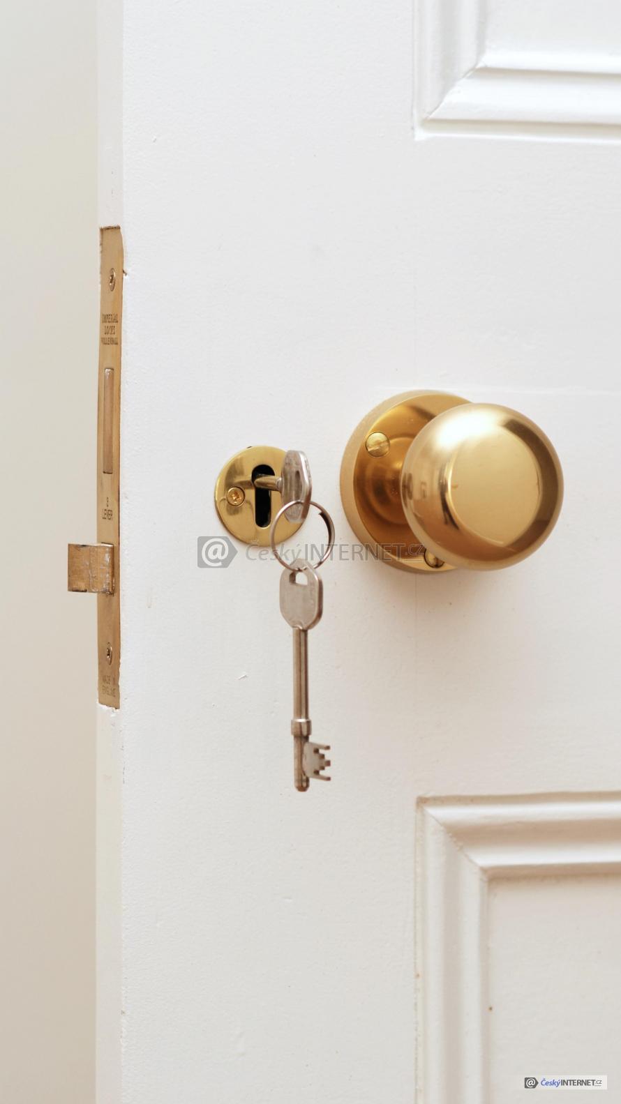 Klíče v zámku interierových dveří.