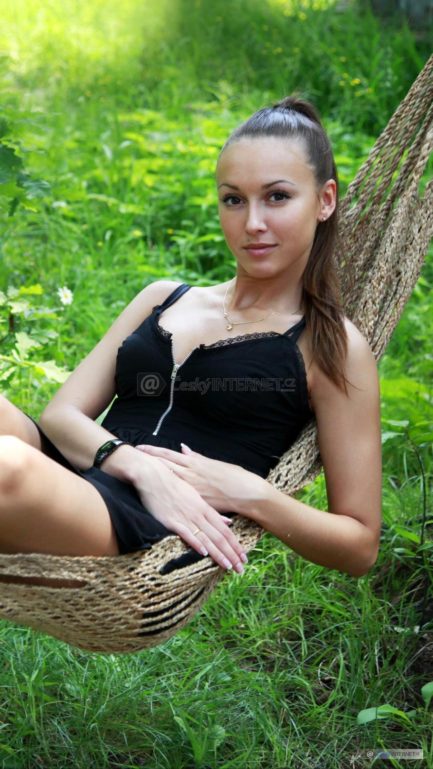 Dívka v houpací síti.