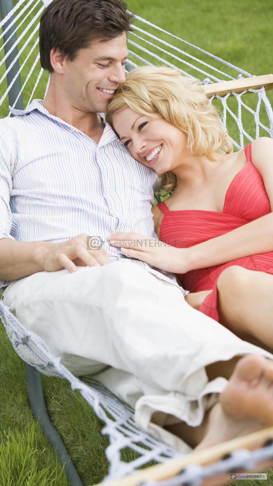 Muž se ženou v houpací síti.