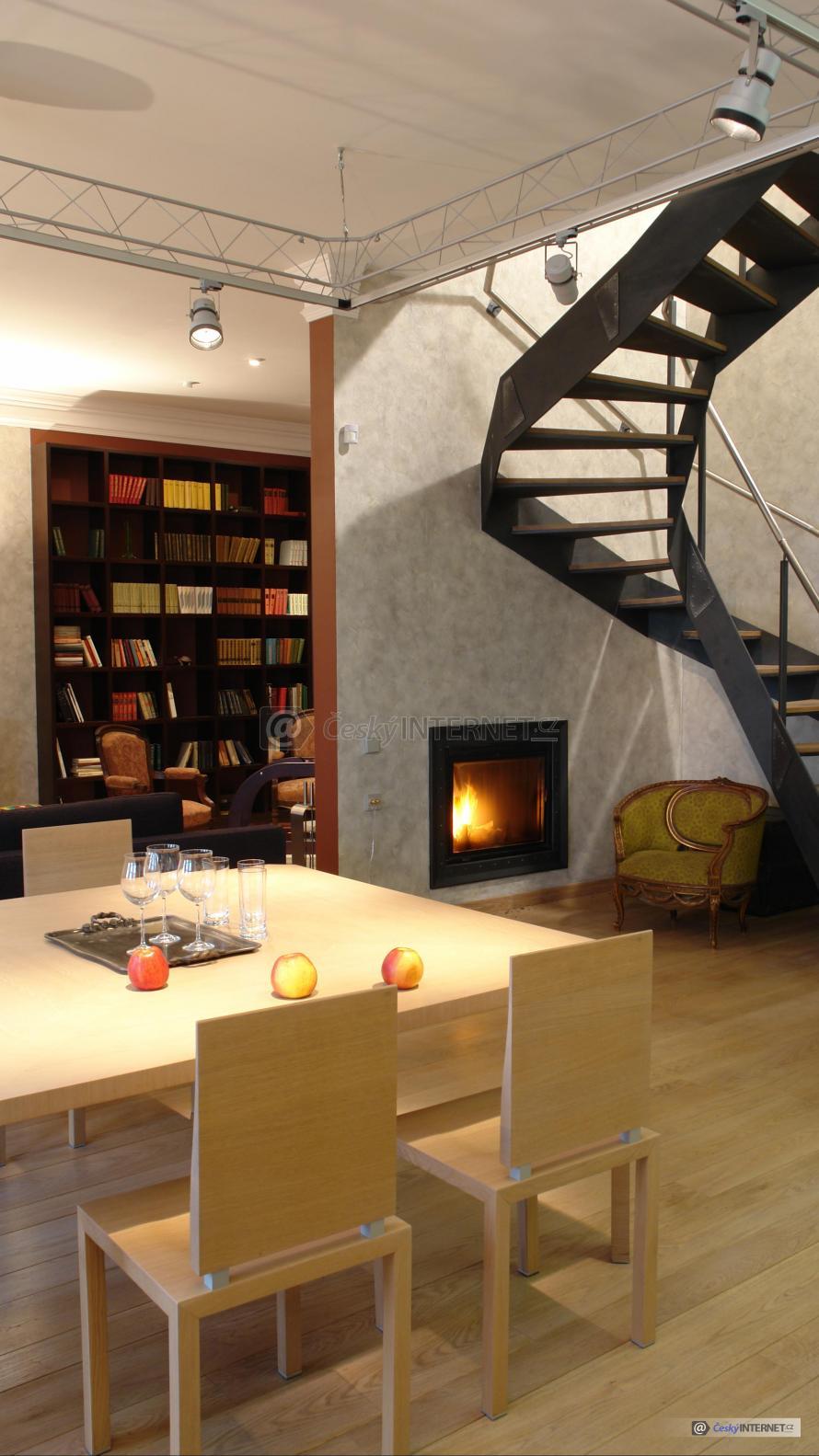 Interiér s jídelním koutem, schodiště.