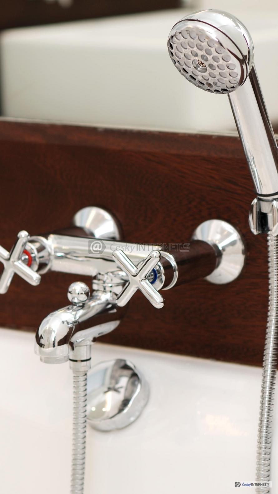Detail koupelnové baterie se sprchou.