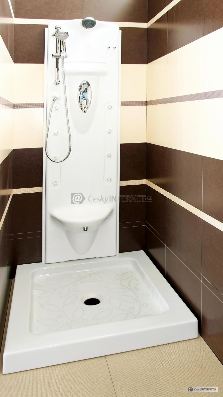 Moderní sprchový kout se sprchou a hydromasáží.