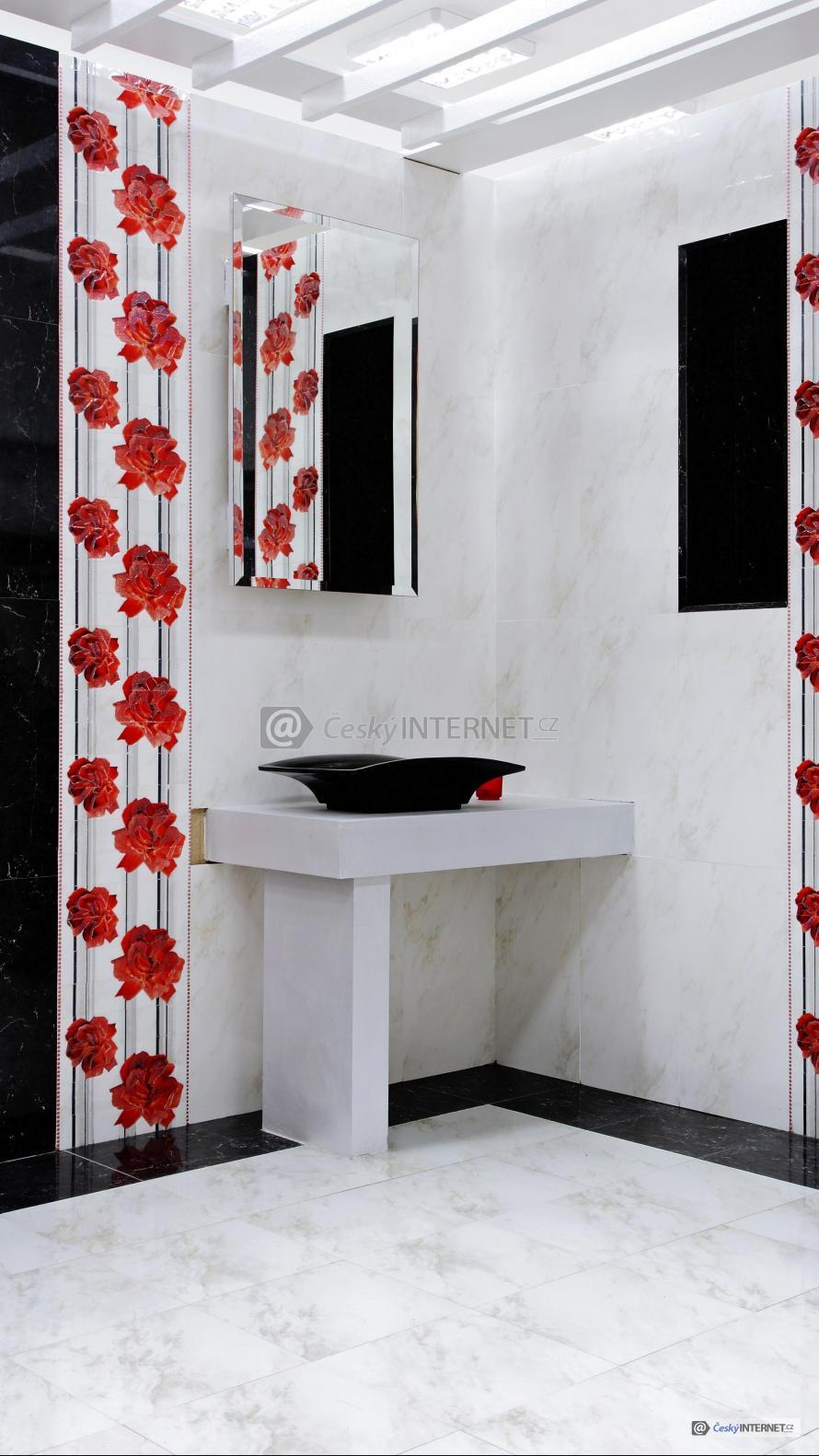 Detail rohu koupelny s umyvadlem a závěsy.