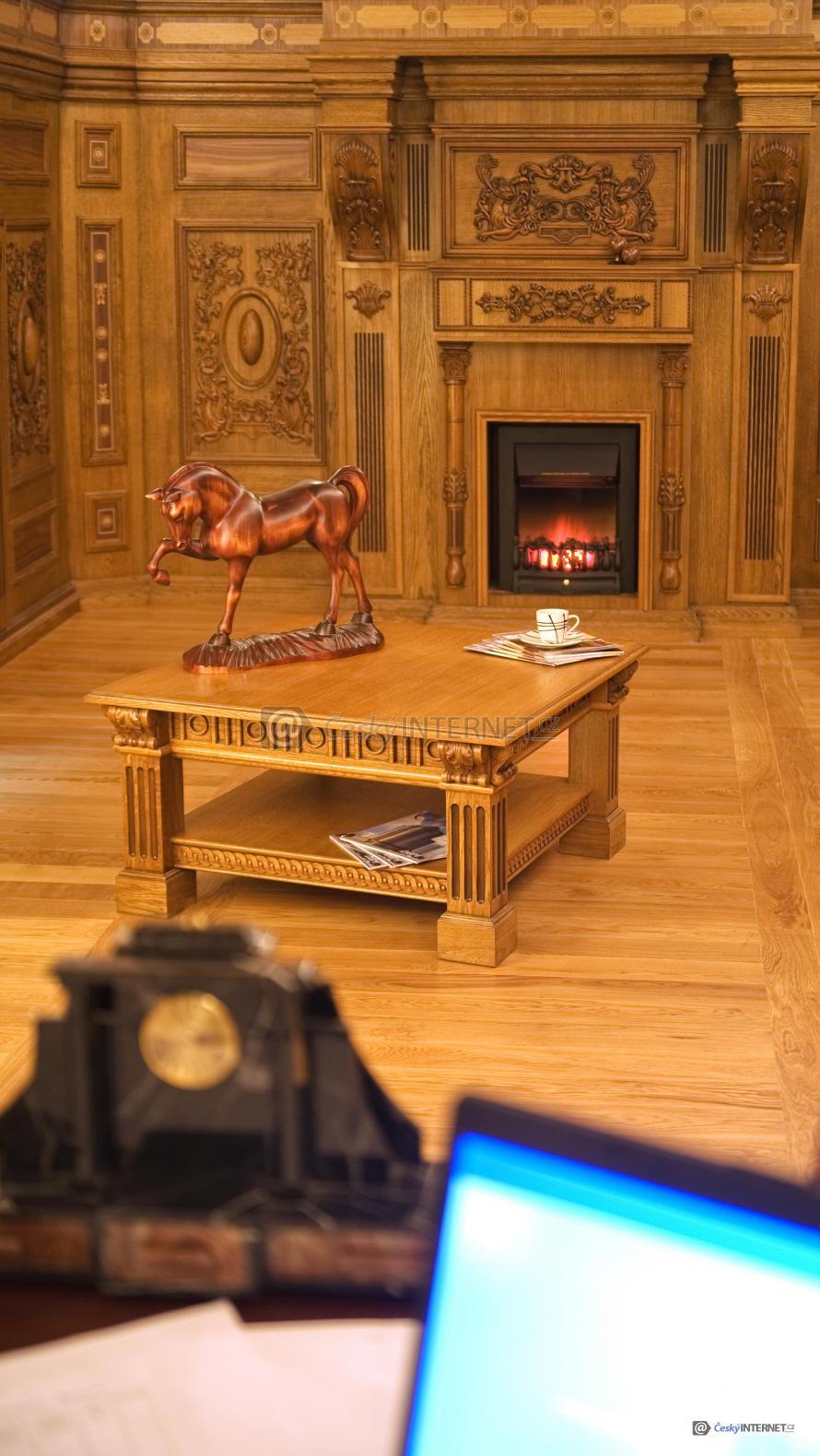 Dřevěné obložení v interieru, krb.