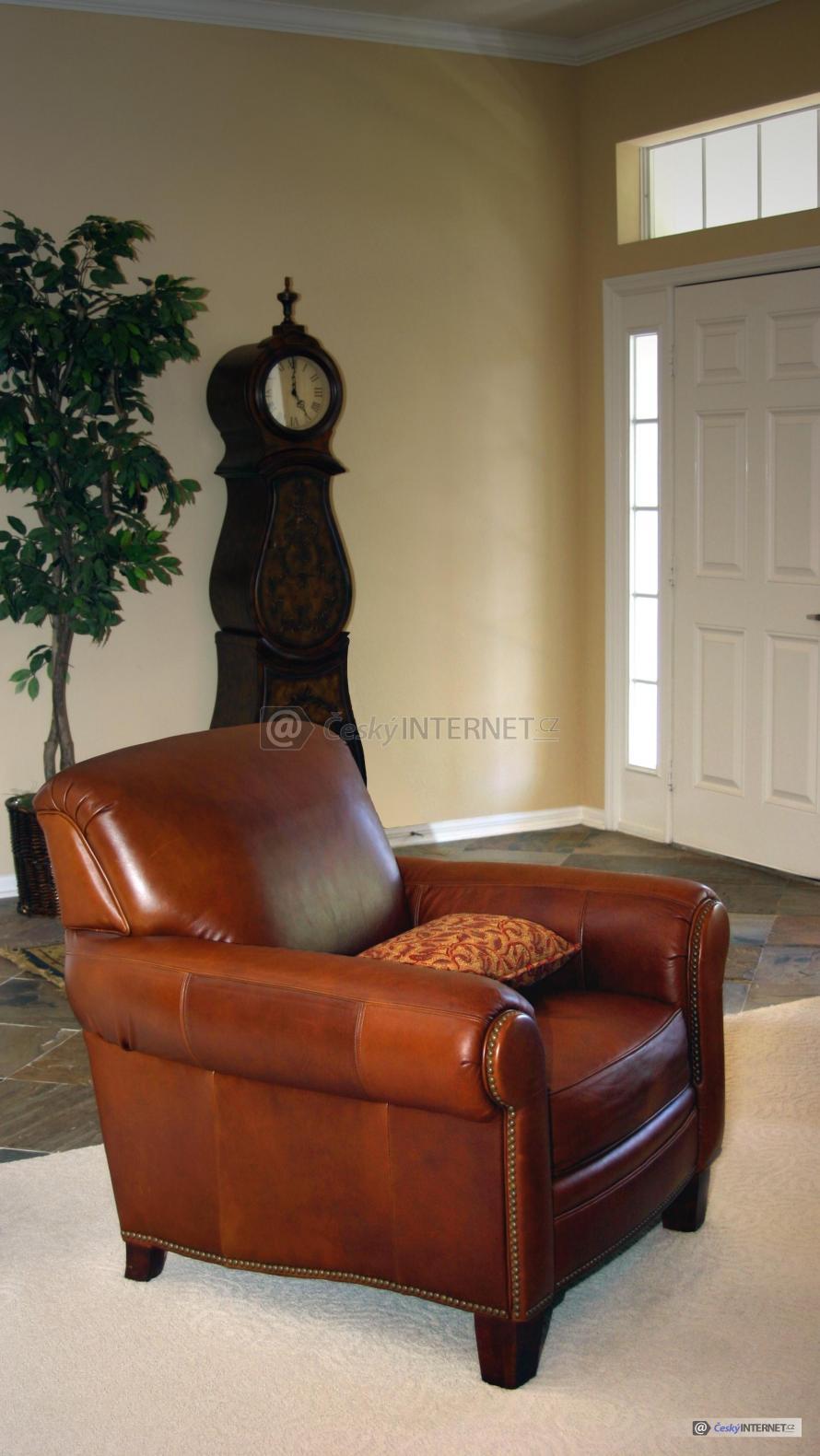 Kožené křeslo v interieru.