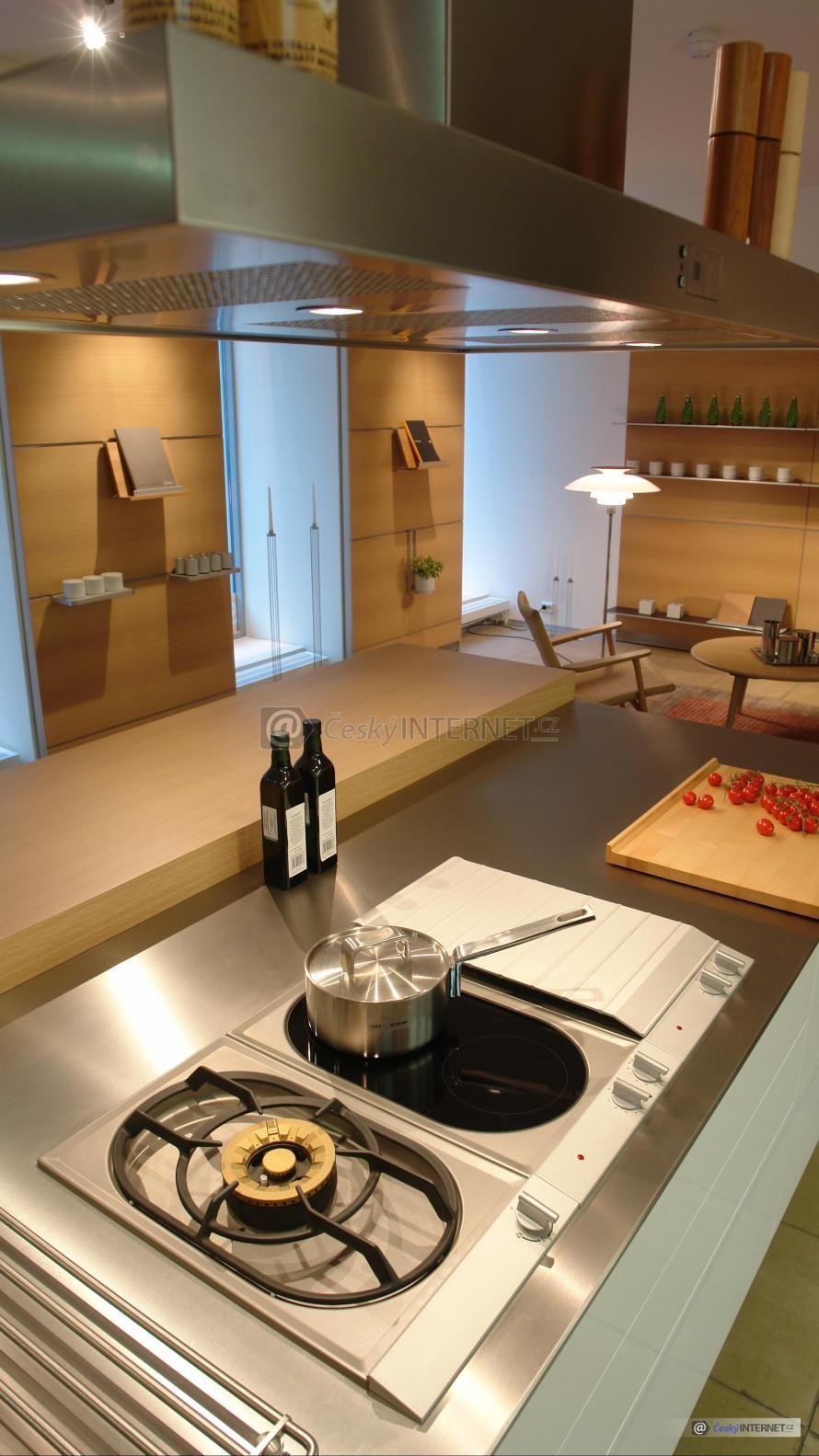 Moderní kuchyně s jídelním koutem.