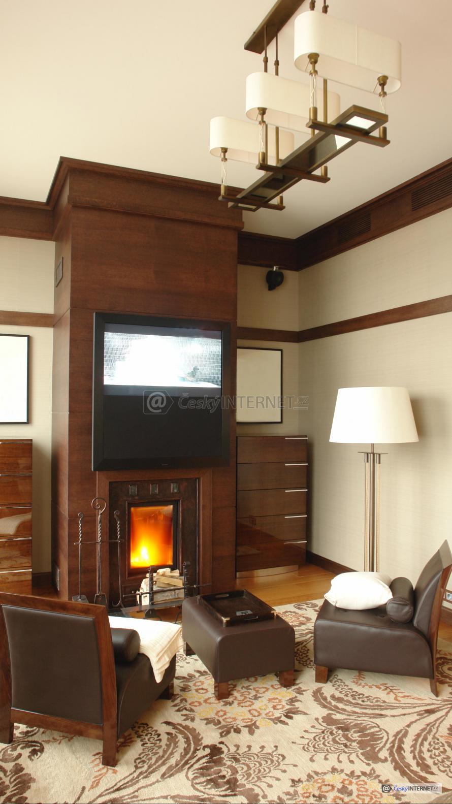 Obývací pokoj s krbem.