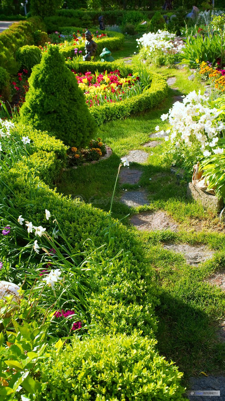 Okrasná zahrada protnutá pěšinou.