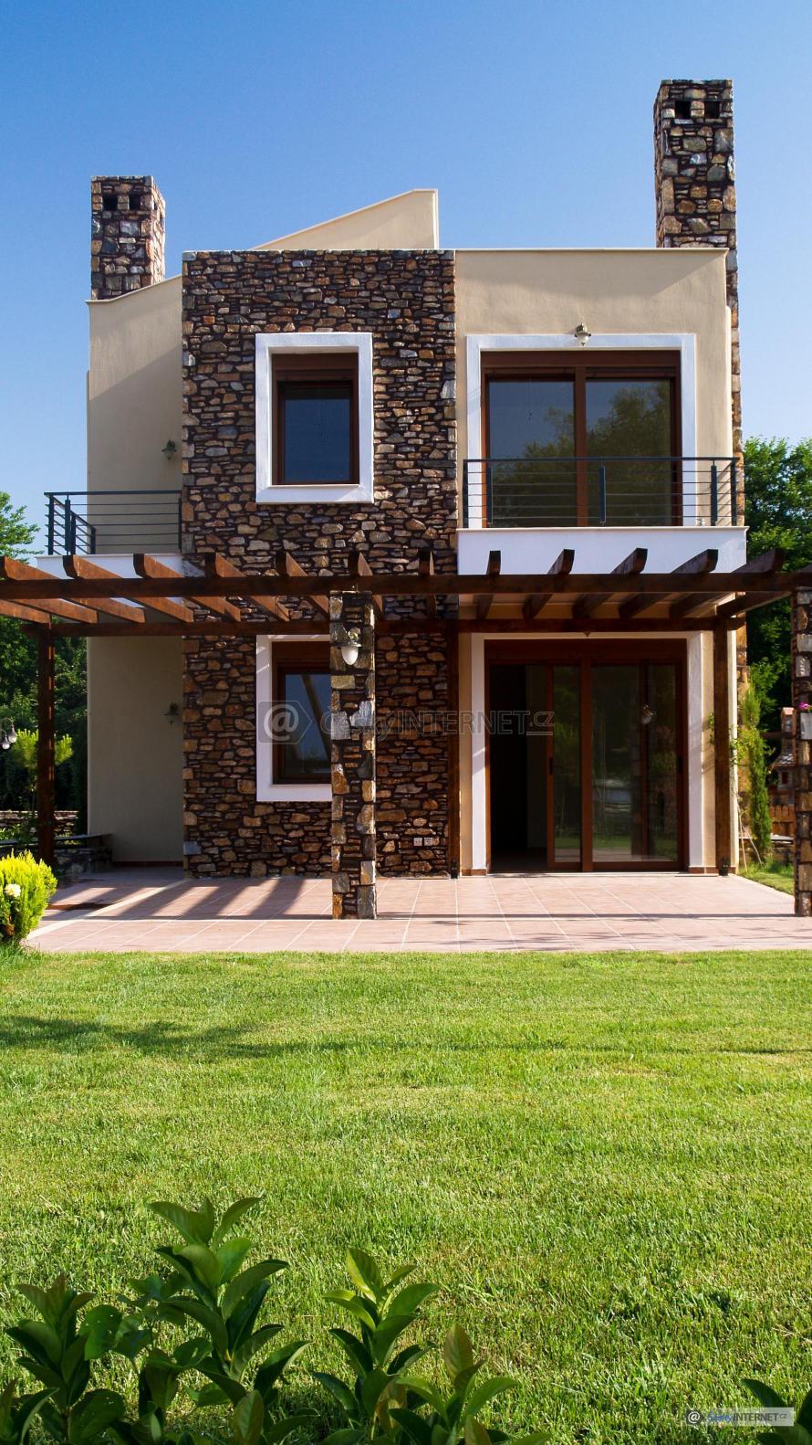 Moderní rodinný dům s okrasnou zahradou.