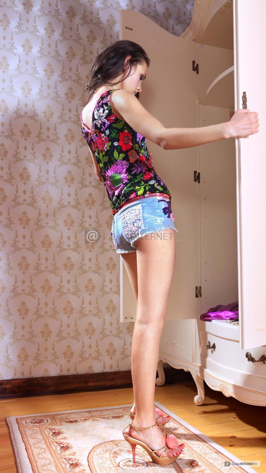 Dívka kouká do šatní skříně.