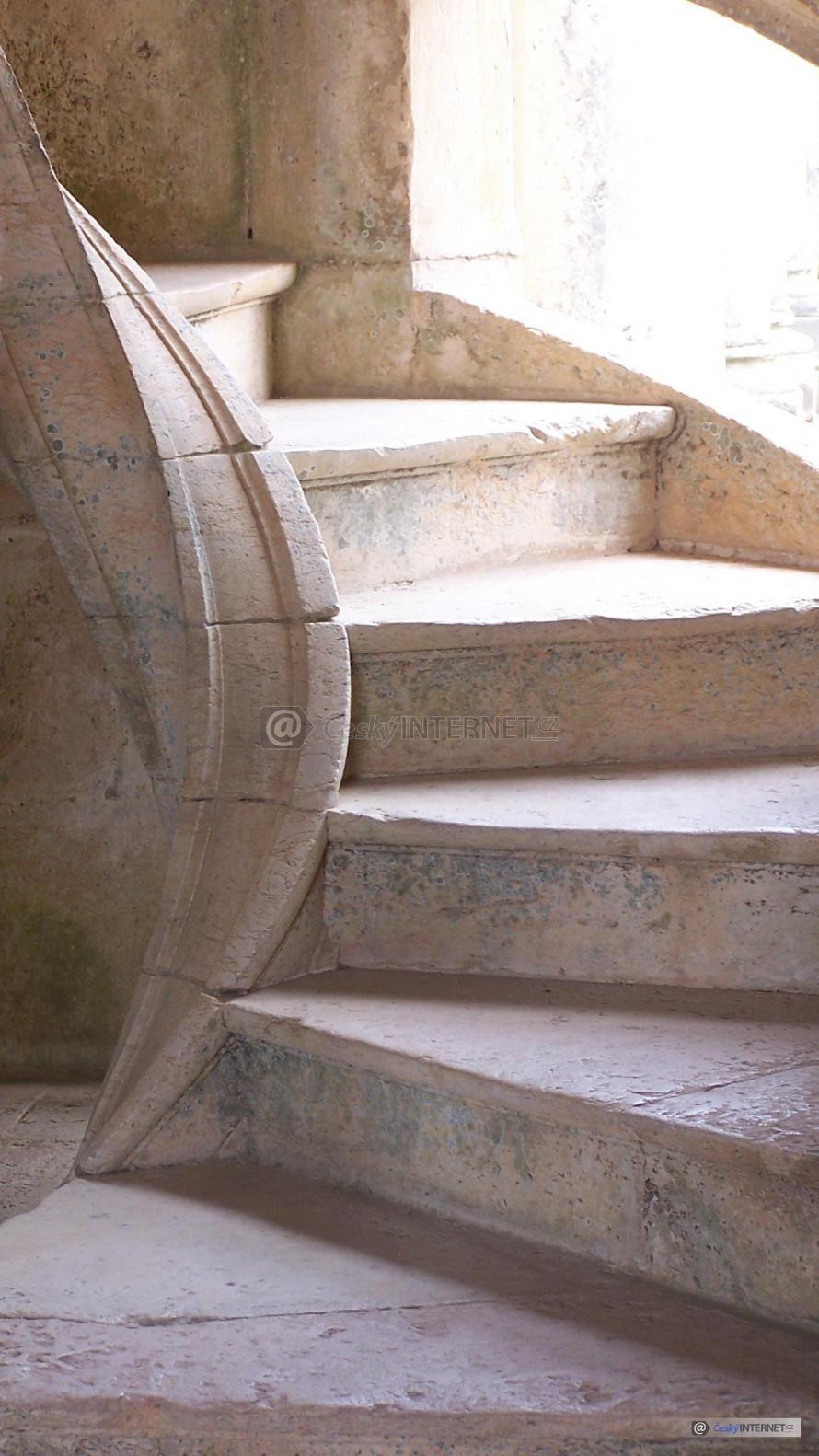 Kamenné schodiště.