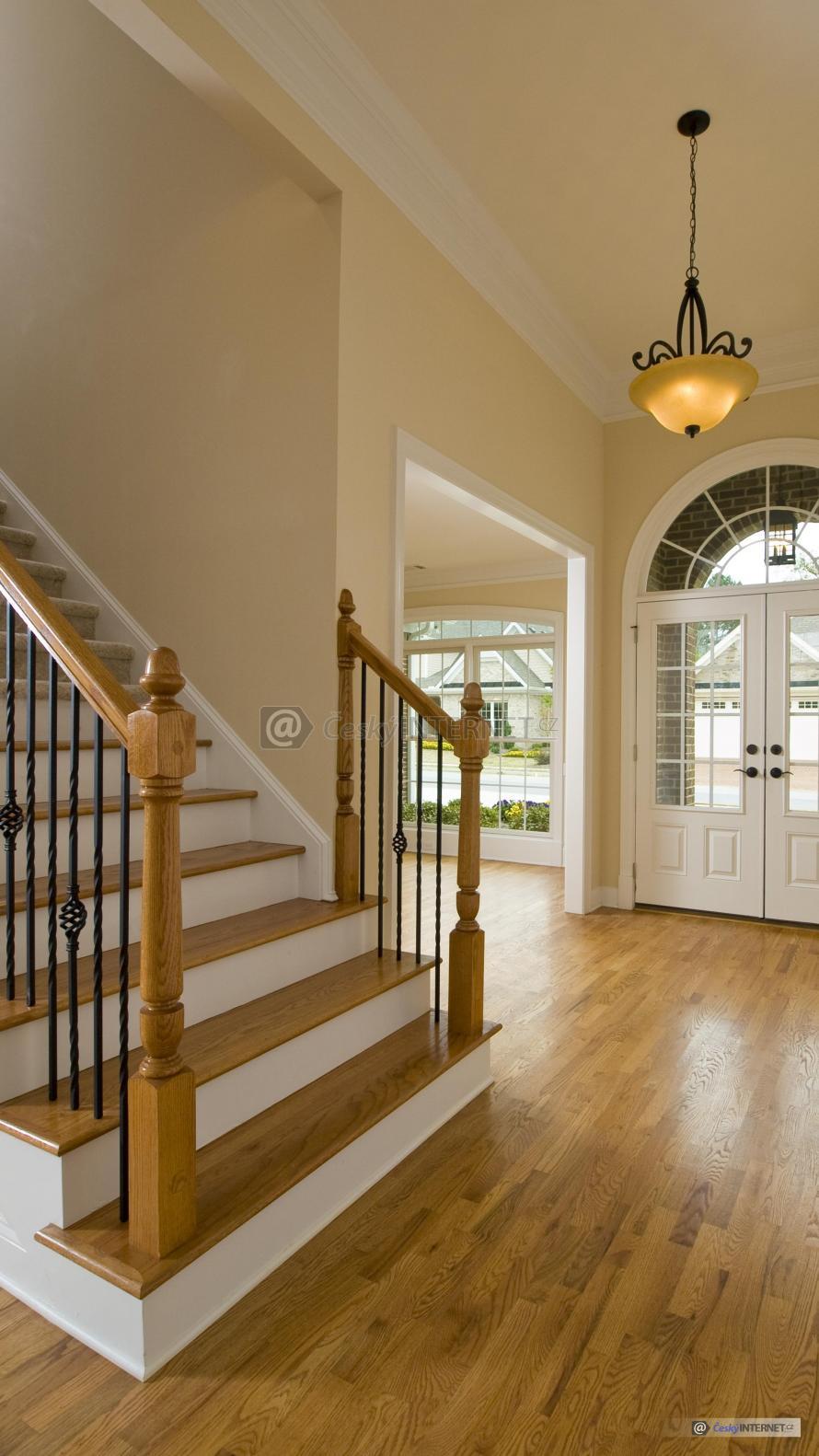 Detail chodby se schodištěm.