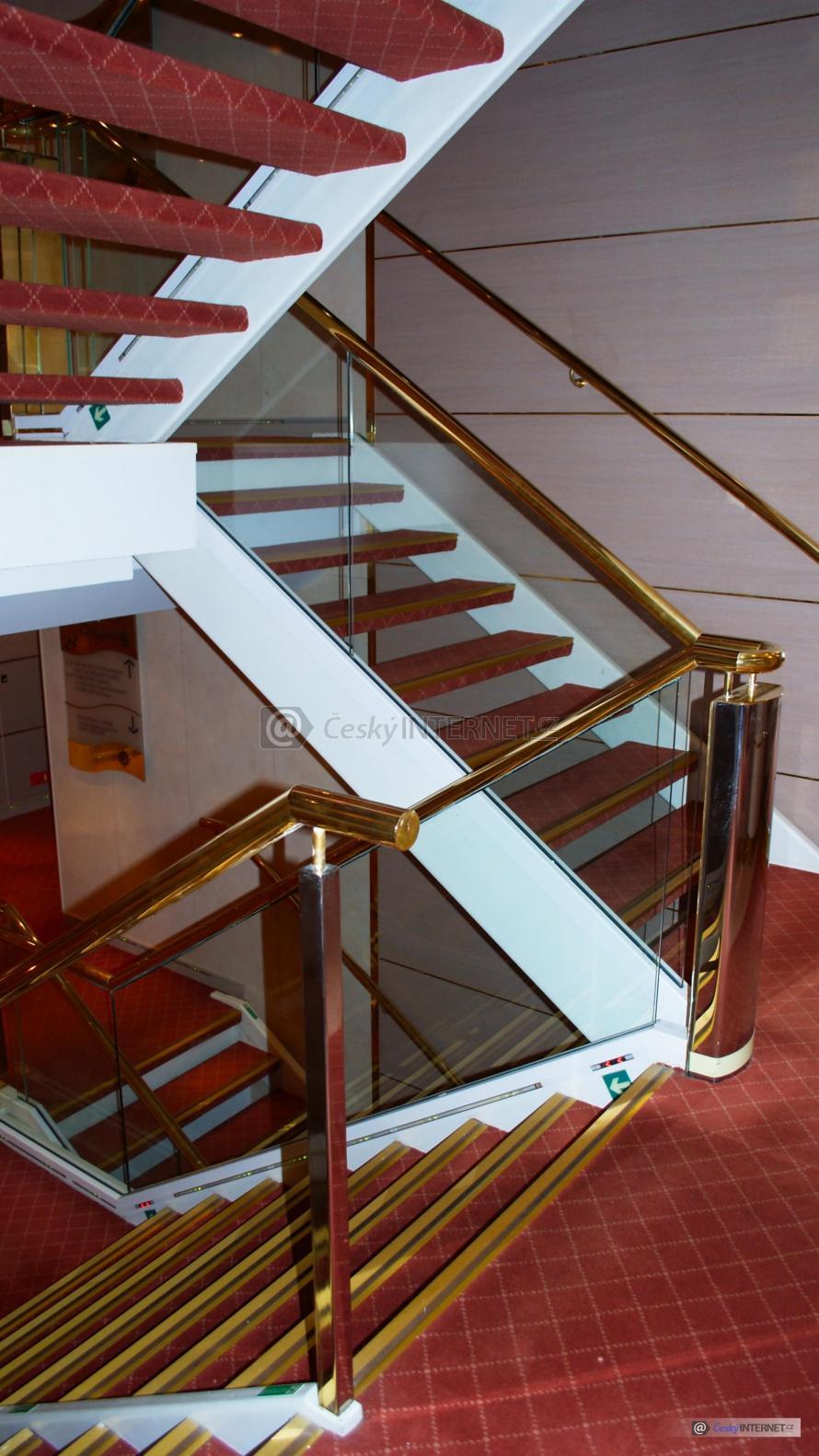 Moderní schodiště v budově.
