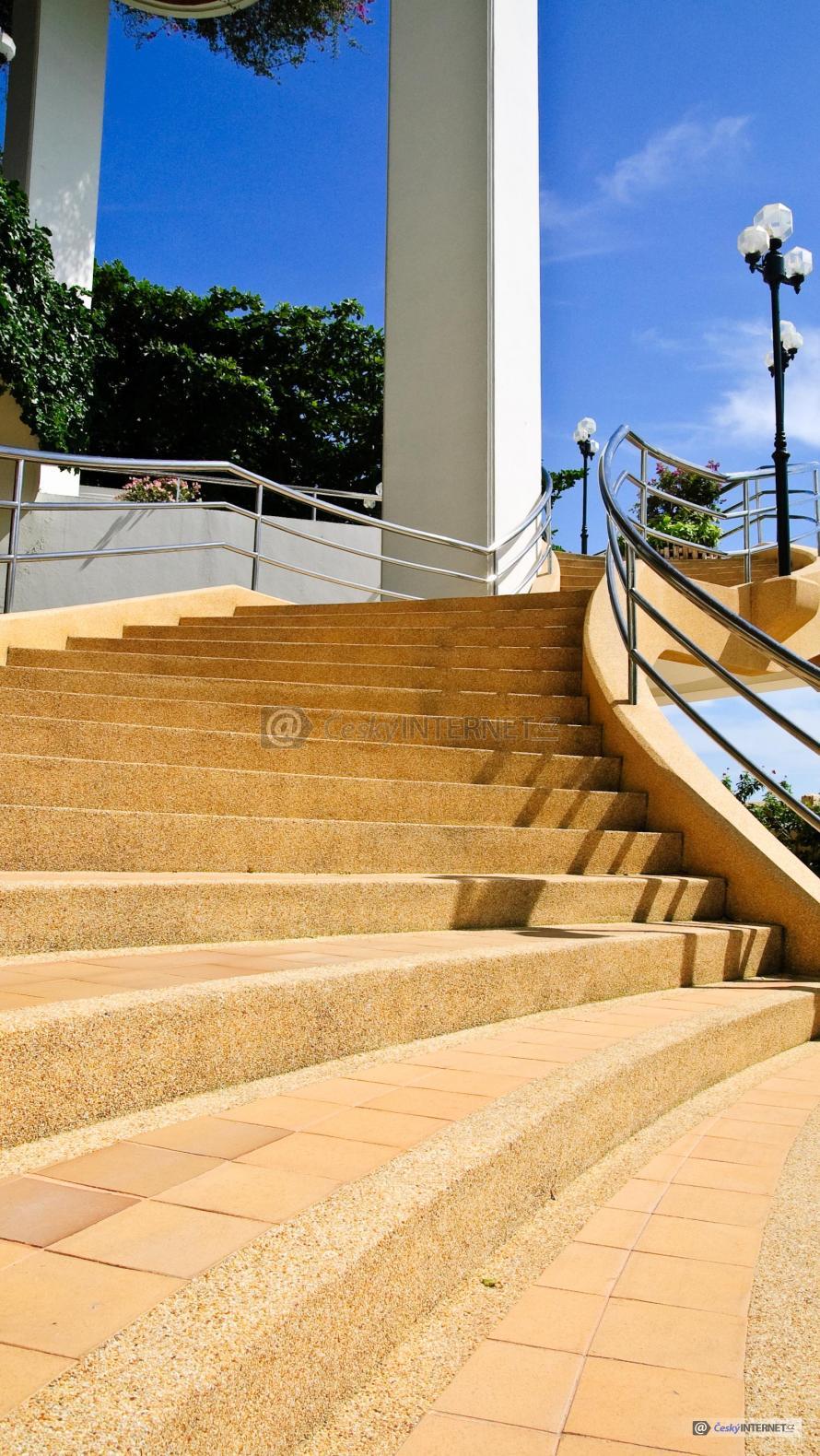 Venkovní schodiště vedoucí do domu.