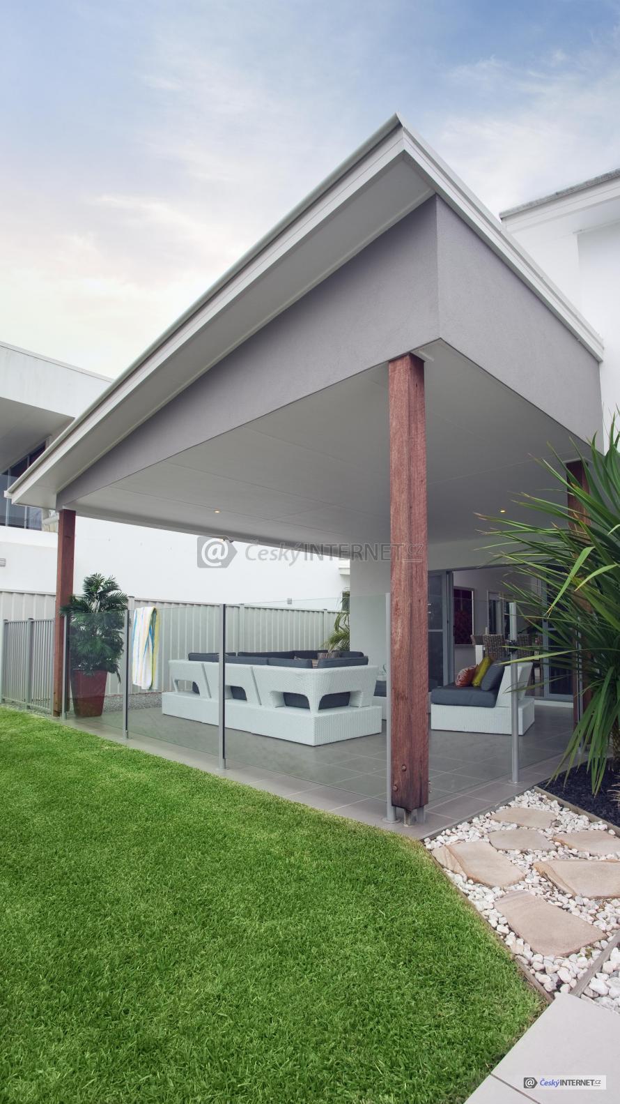 Zastřešená terasa u moderního rodinného domu.