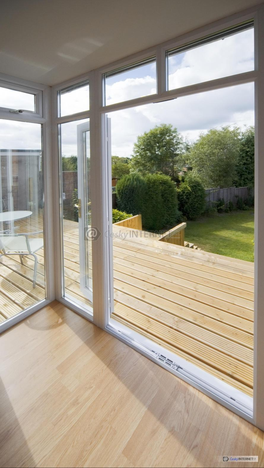 Pohled z domu na zahradu, dřevěná terasa.