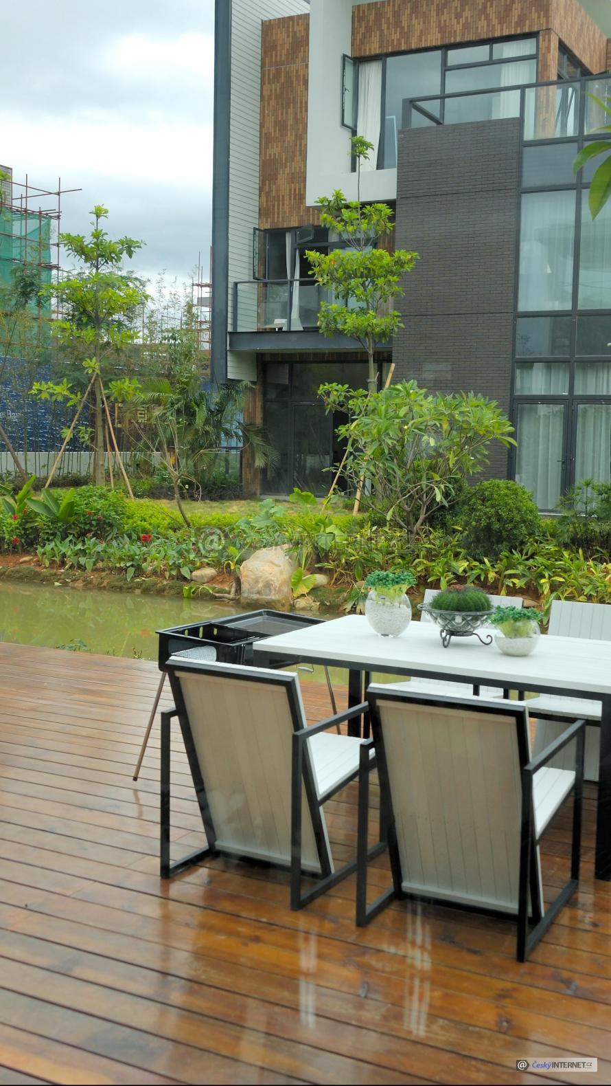 Moderní zahradní nábytek na dřevěné terase.