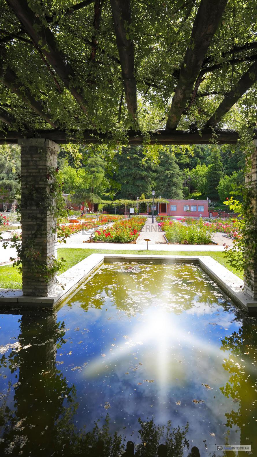Okrasná zahrada s jezírkem.