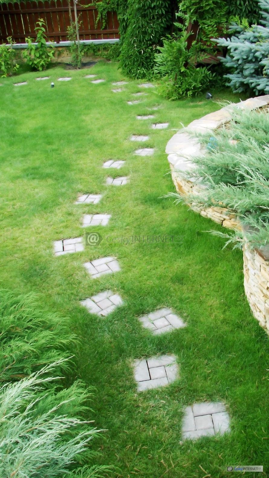 Okrasná zahrada, pěšina.