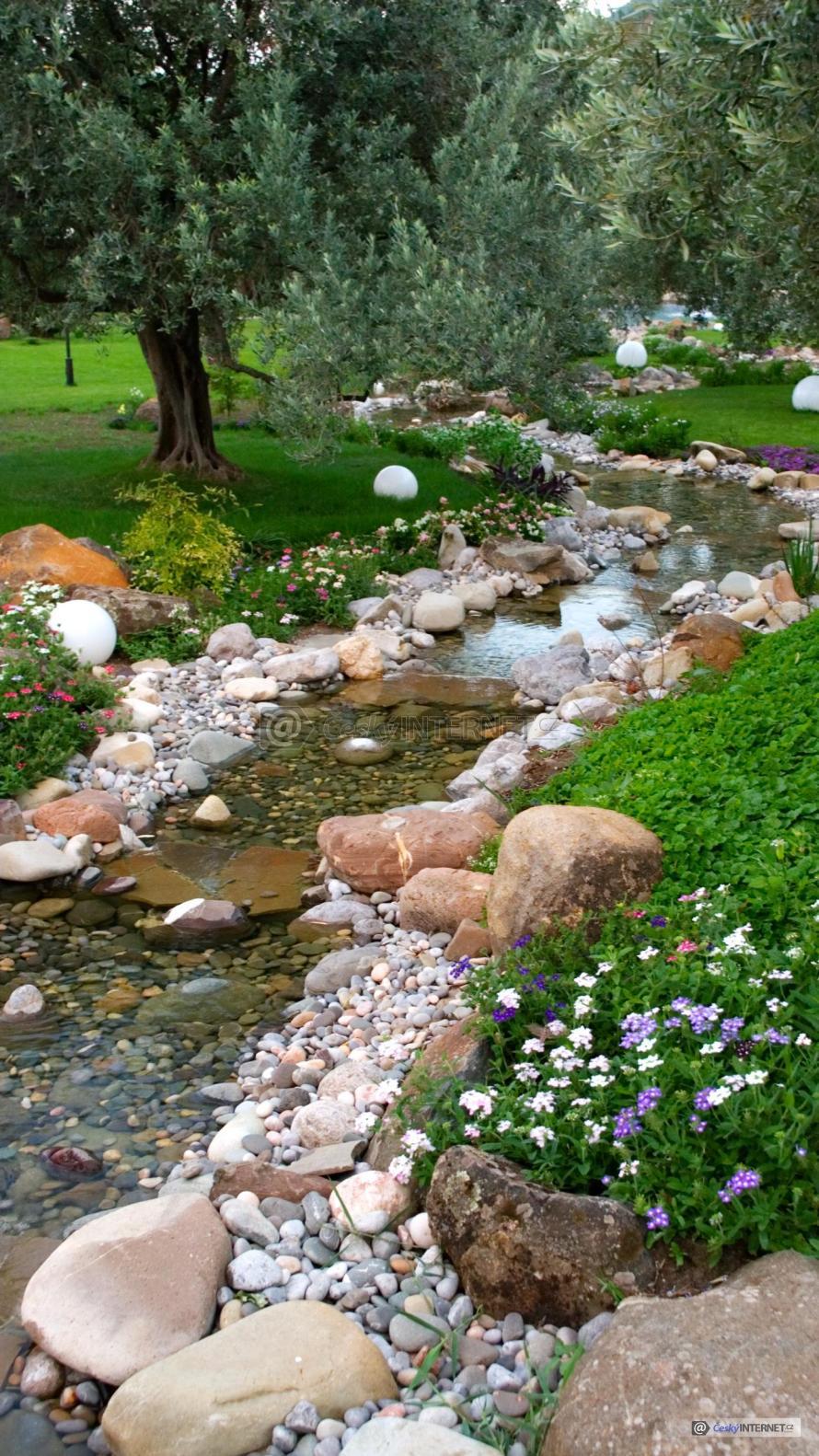 Potok v okrasné zahradě.