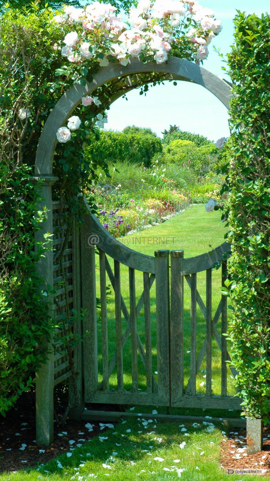 Dřevěná vrátka do zahrady.