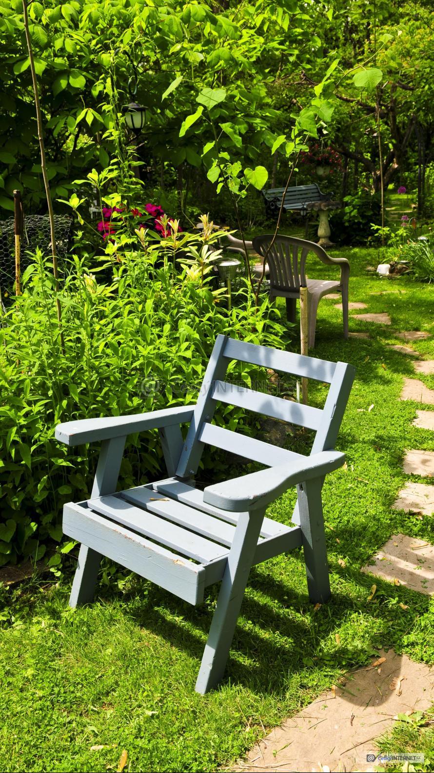 Detail židle v zahradě.